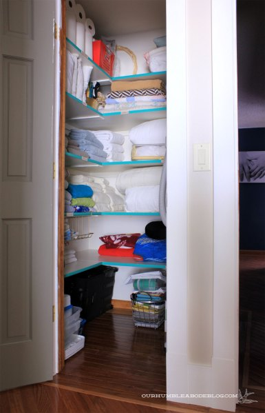 Linen-Closet-Organized-with-Emerald-Shelf-Fronts
