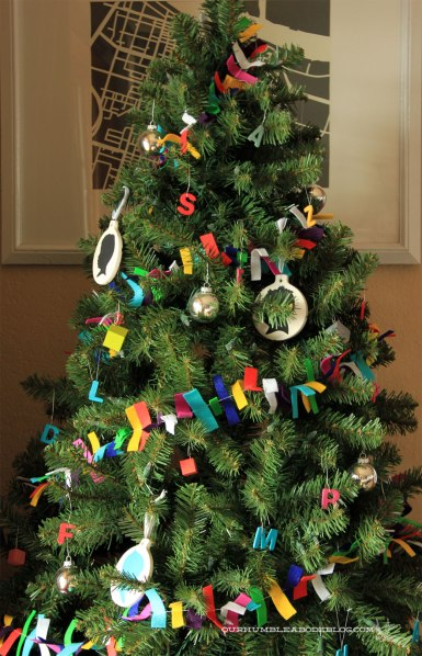 Christmas-Tree-with-Felt-Garland