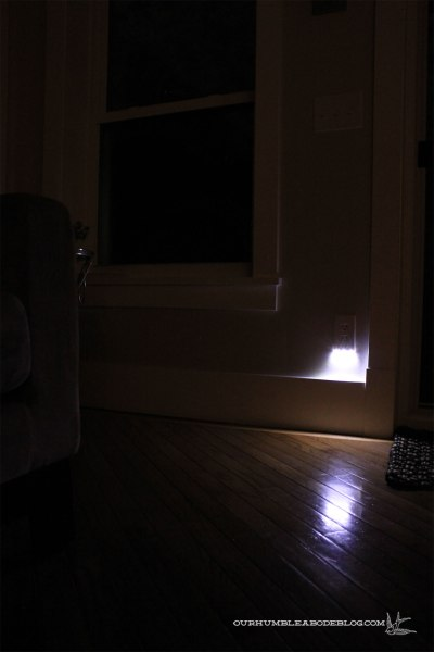 SnapPower-Outlet-Cover-in-Family-Room-at-Night