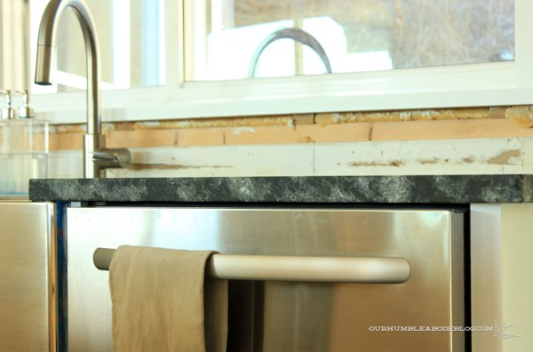 Kitchen-Soap-Stone-Above-Dishwasher
