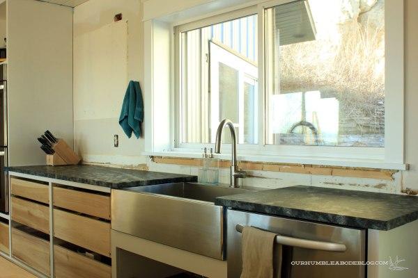 Kitchen-Soap-Stone-Toward-Ovens