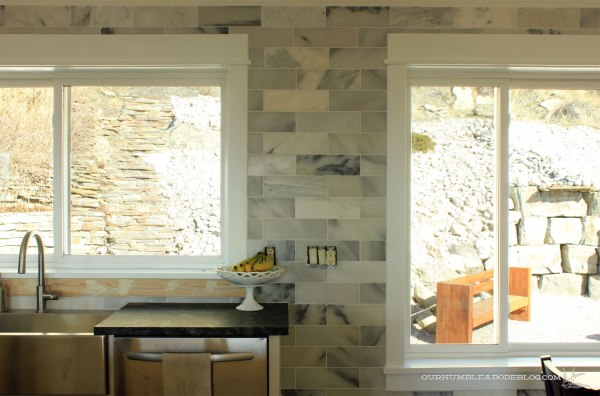 Marble-Backsplash-Between-Windows-Overall