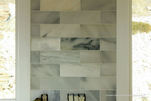 Marble-Backsplash-Between-Windows