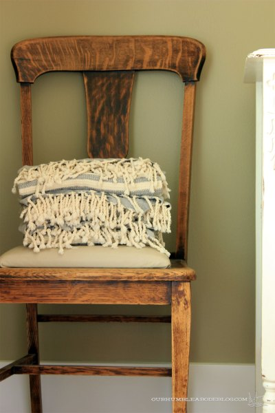 Guest-Room-Chair-with-Towels