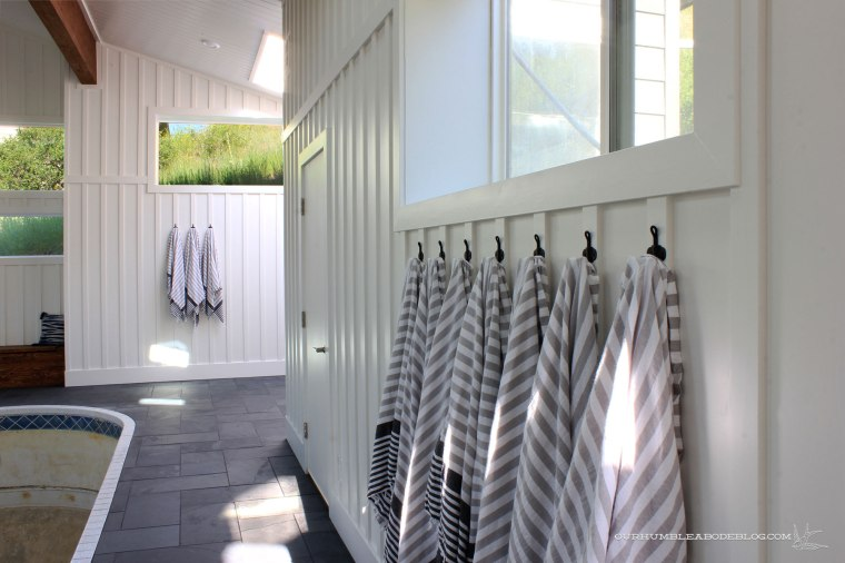 Pool-House-Hooks-Hung-in-Row-with-Hot-Tub-Towels